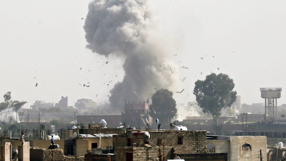 Smoke rises from Sanaa, Yemen, after reported air strike by Saudi-led coalition (31 August 2016)