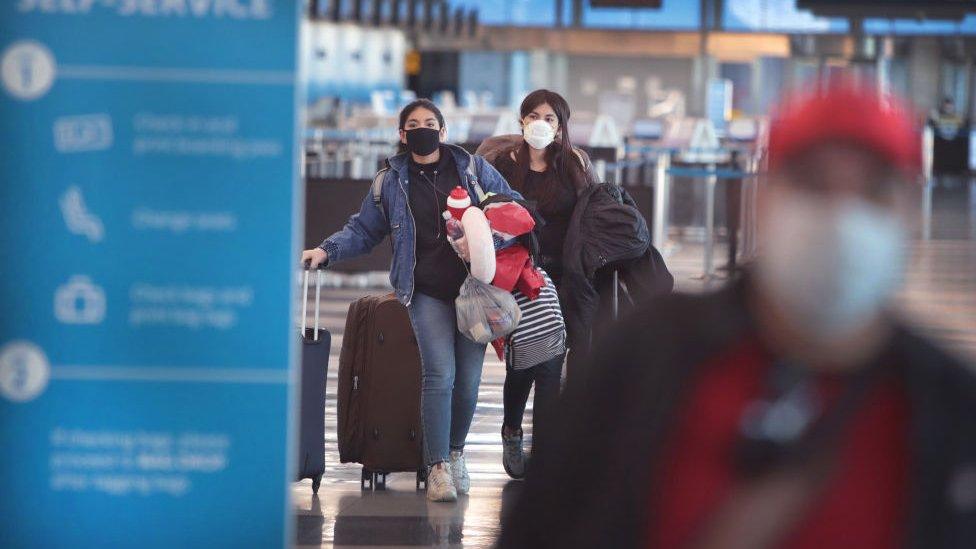 Viajeros en el aeropuerto de Chicago en abril de 2020