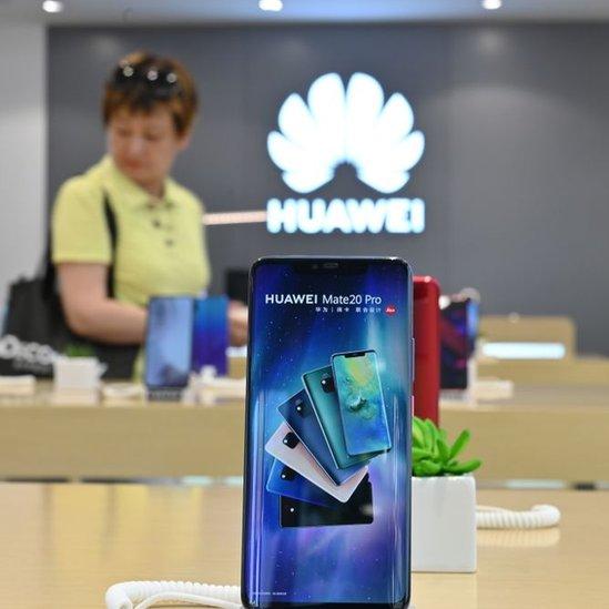 Una mujer en una tienda de Huawei.