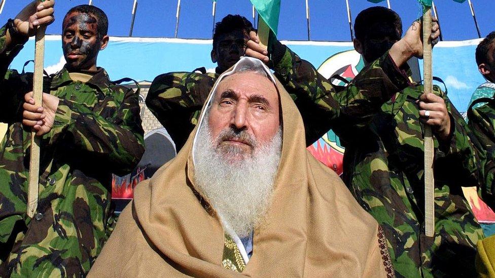 2002年12月27日,哈馬斯精神領袖亞辛(Sheikh Ahmed Yassin)參加哈馬斯成立15週年活動。
