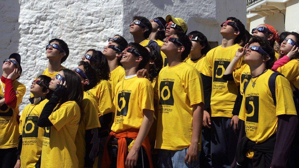 طلبة مدرسة في اليونان يتابعون الكسوف - 29 مارس/أذار 2006