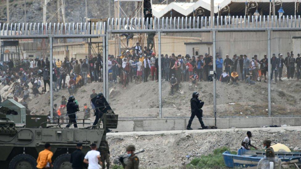Sekelompok imigran di Ceuta.