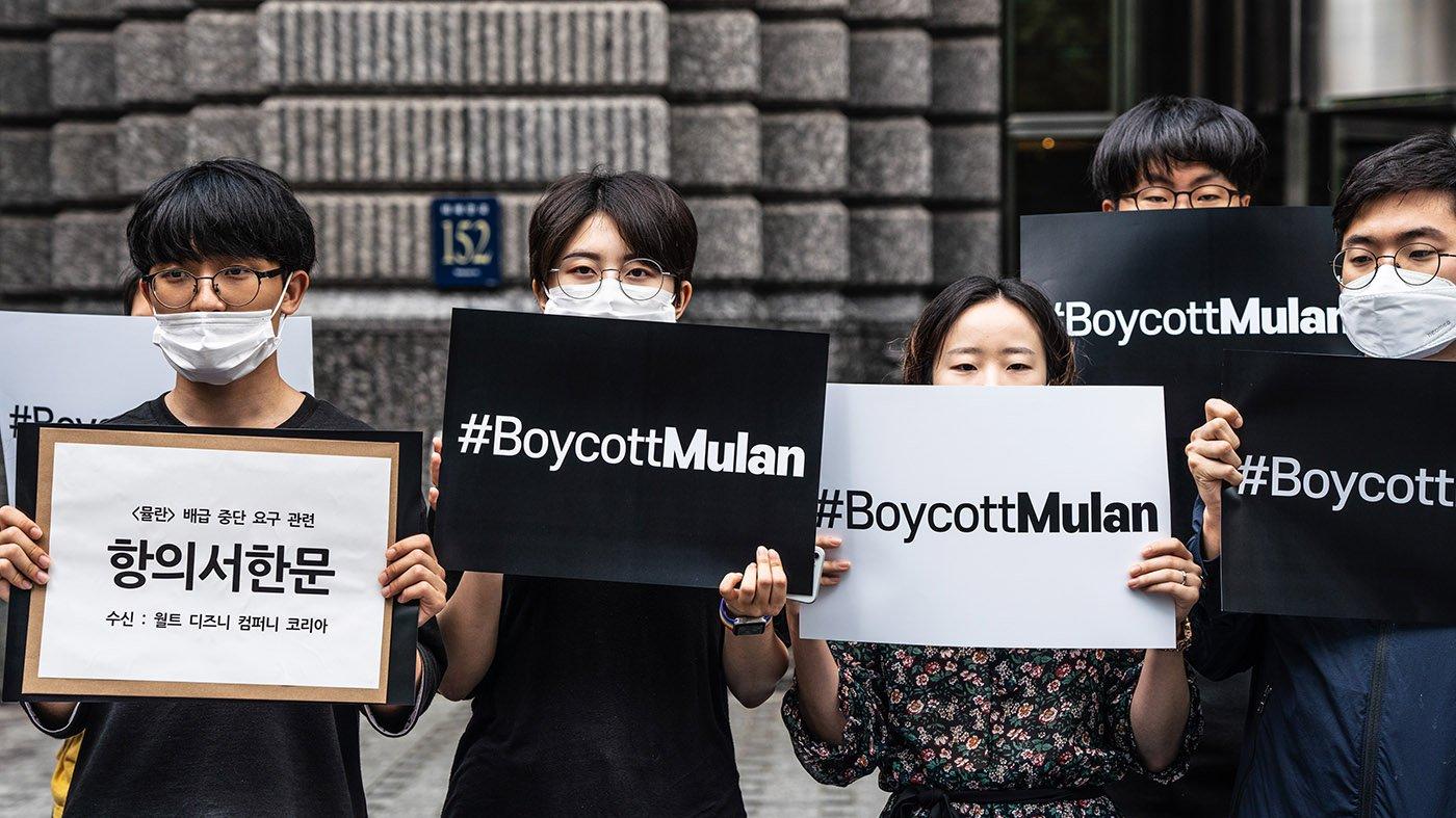 """今年7月,韓國的學生和公民團體手舉""""抵制花木蘭""""標語,聲援香港示威者。"""
