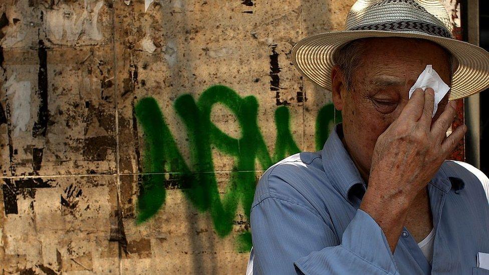 Un hombre mayor se seca la cara ante la ola de calor en Nueva York en 2007.