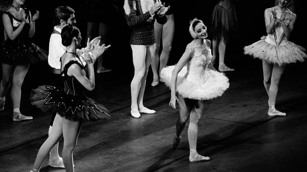 Alicia Alonso en el centro del escenario en Nueva York