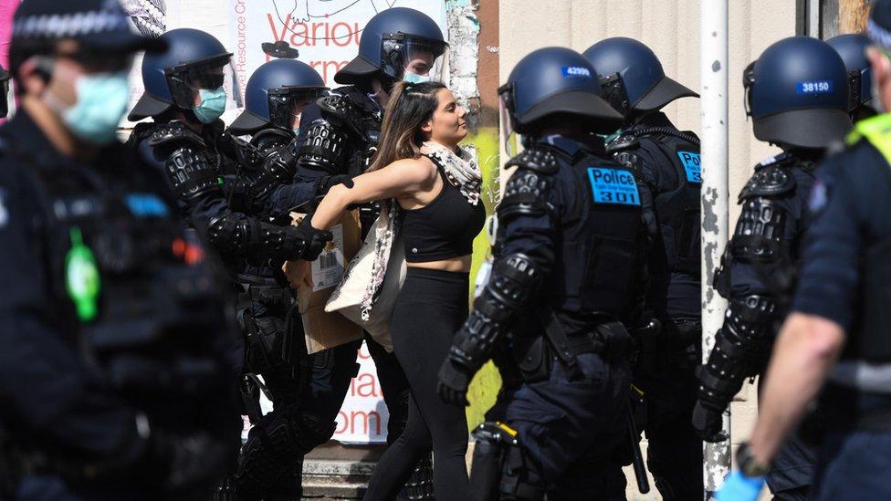 Manifestante arrestado en manifestación antibloqueo en Melbourne