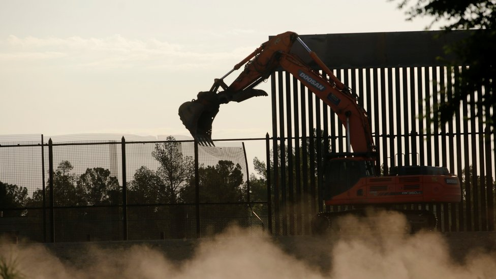 Una excavadora en la frontera entre El Paso y Ciudad Juárez