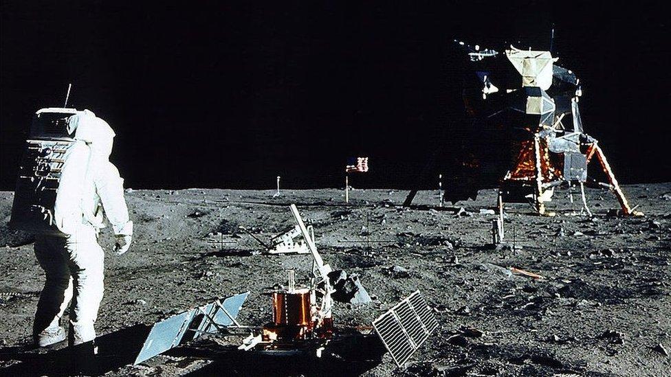 Baz Oldrin hoda po površini Meseca