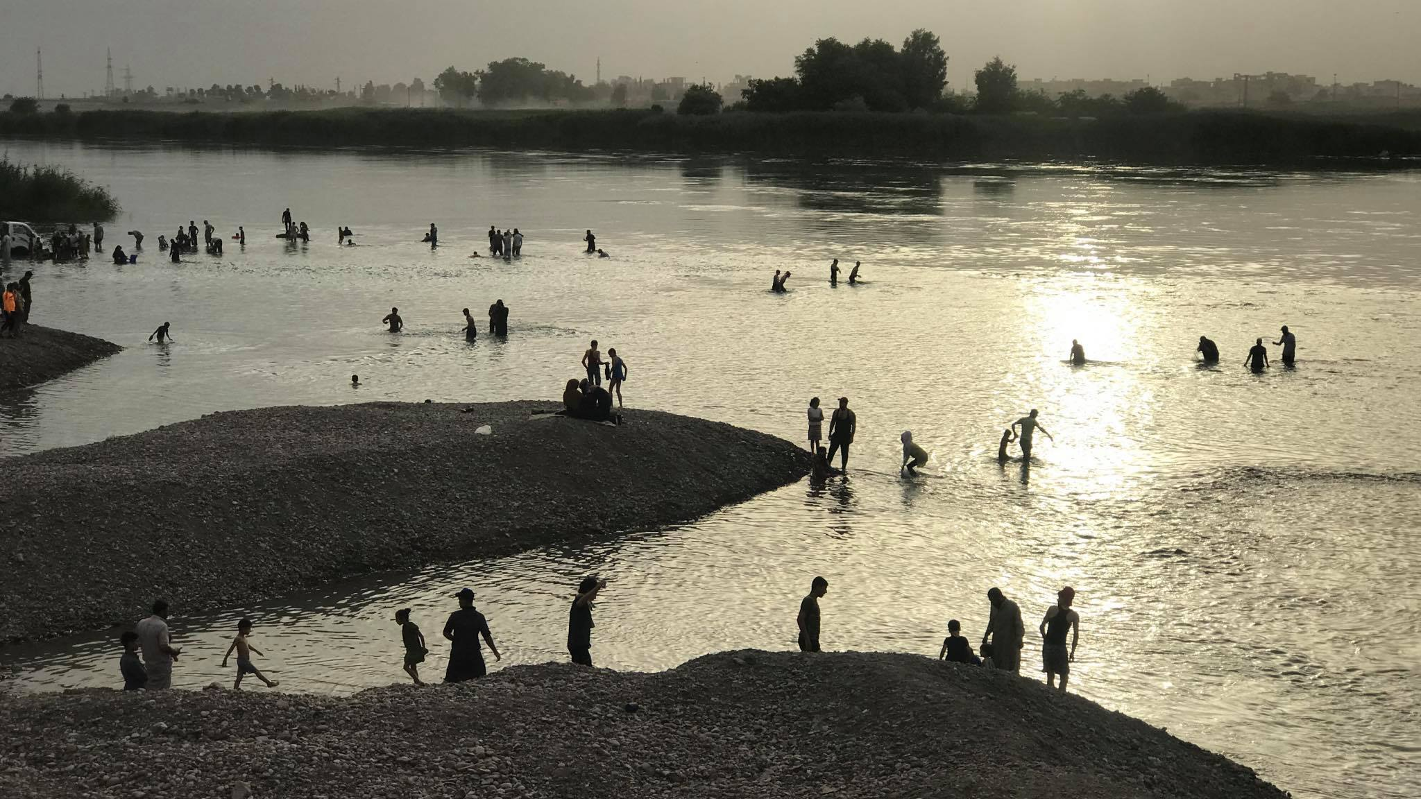 Ljudi plivaju u reci