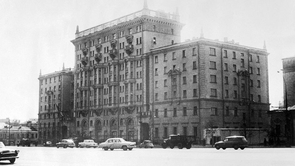 سفارة الولايات المتحدة في شارع نوفينسكي في موسكو في عام 1964