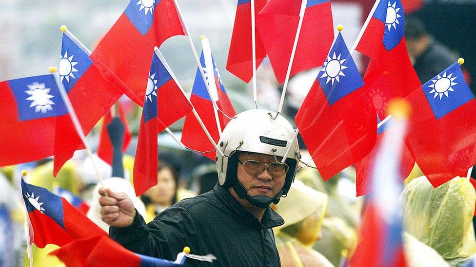 Hombre con la banderas de Taiwán