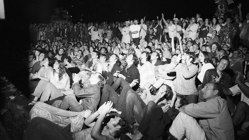 Multitud viendo la transmisión en vivo de la llegada del Apolo 11 a la Luna.