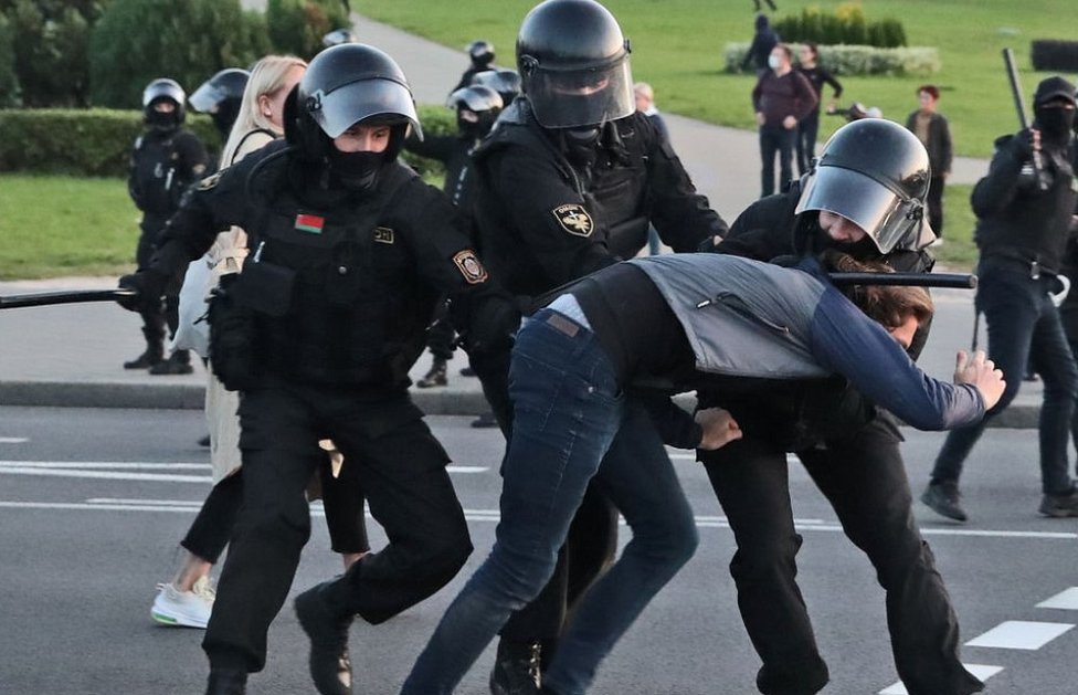 Belarus protesters battered, bruised but defiant after 100 days thumbnail