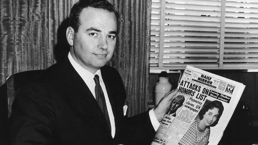Rupert Murdoch con una edición del Daily Mirror en Sídney en 1960.