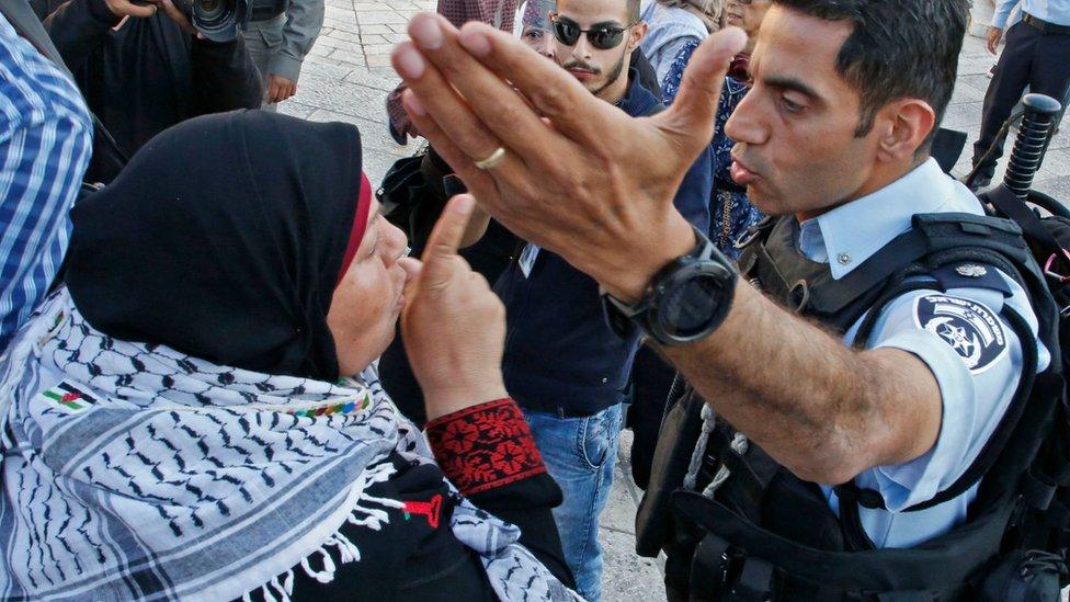 امرأة فلسطينية تصرخ في رجل أمن إسرائيلي أثناء مظاهرات في القدس عند باب دمشق، مناوئة لنقل السفارة الأمريكية للقدس، يوم 15 مايو/أيار 2018
