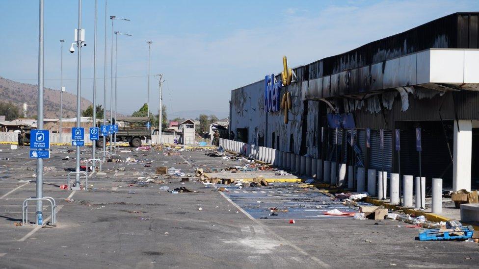 El exterior de un supermercado dañado