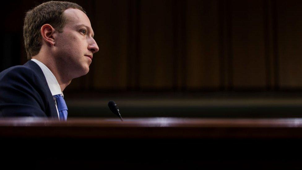 Zuckerberg testificando.