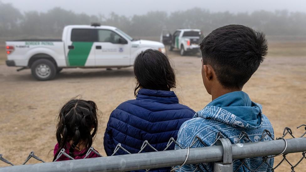 Niños que cruzaron ilegalmente la frontera aguardan ser procesados por la policía en Texas