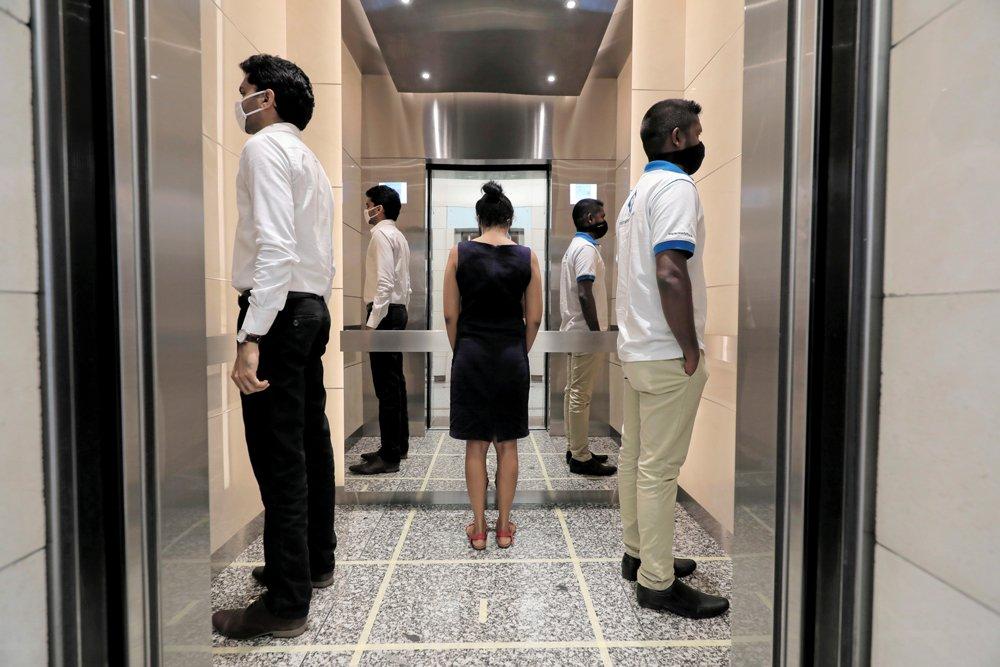 Sri Lanka'daki Dünya Ticaret Merkezi'nde sosyal mesafe kuralları gereği asansöre böyle binilmesi gerekiyor