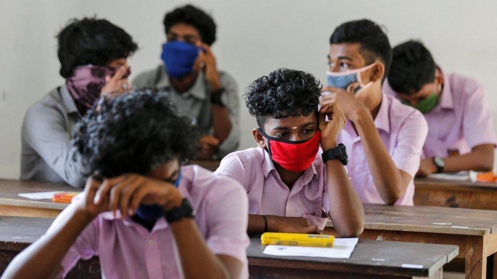 कोरोना: भारत में सीबीएसई ने सिलेबस घटाया, इस देश ने साल के अंत तक स्कूलों  को किया बंद - BBC Hindi