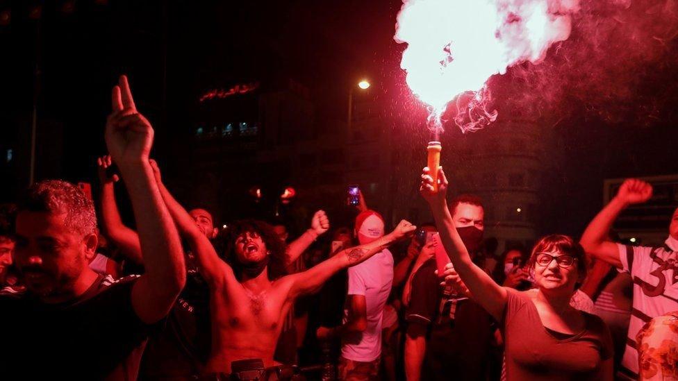 Protestantes celebran en Túnez ante la destitución del Primer Ministro en julio de 2021