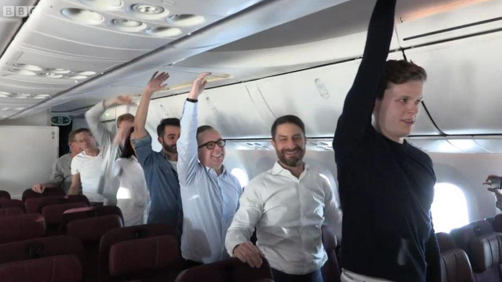Los pasajeros haciendo ejercicio.
