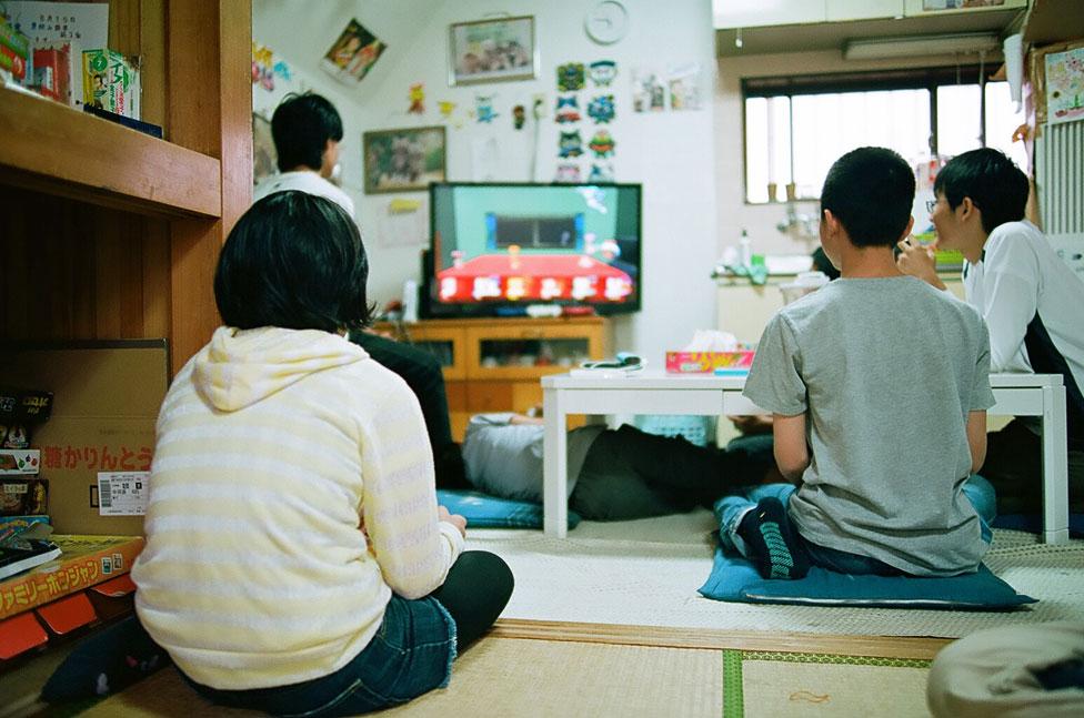 Niños jugando videoconsola.
