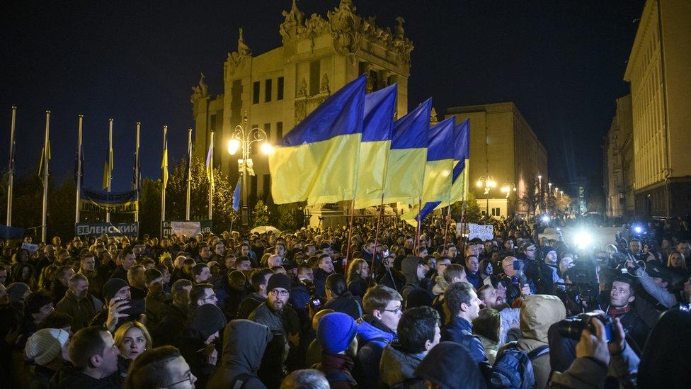 Сотні людей протестували під Офісом президента проти розведення військ
