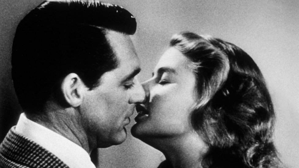 1946: Cary Grant (1904 - 1986) and Ingrid Bergman kiss in 'Notorious'.