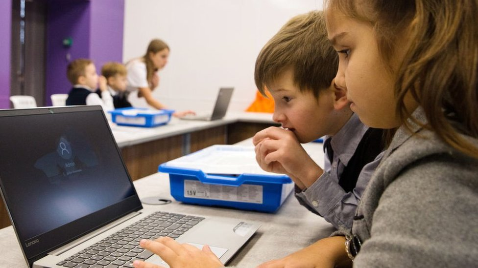 çocuklar bilgisayarda öğreniyor