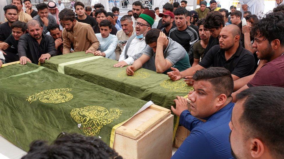 عراقيون في مراسم دفن ذويهم من ضحايا حريق مستشفى ابن الخطيب