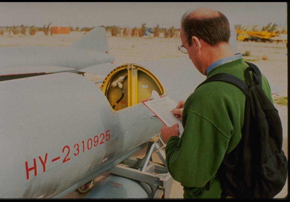 Experto de la misión UNSCOM en Irak 1992-1997 revisando un misil gusano de seda de fabricación china.