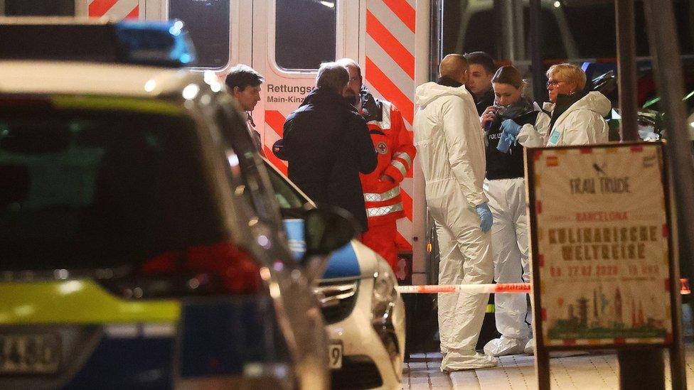 Ambulancias en la escena del tiroteo en Hanau