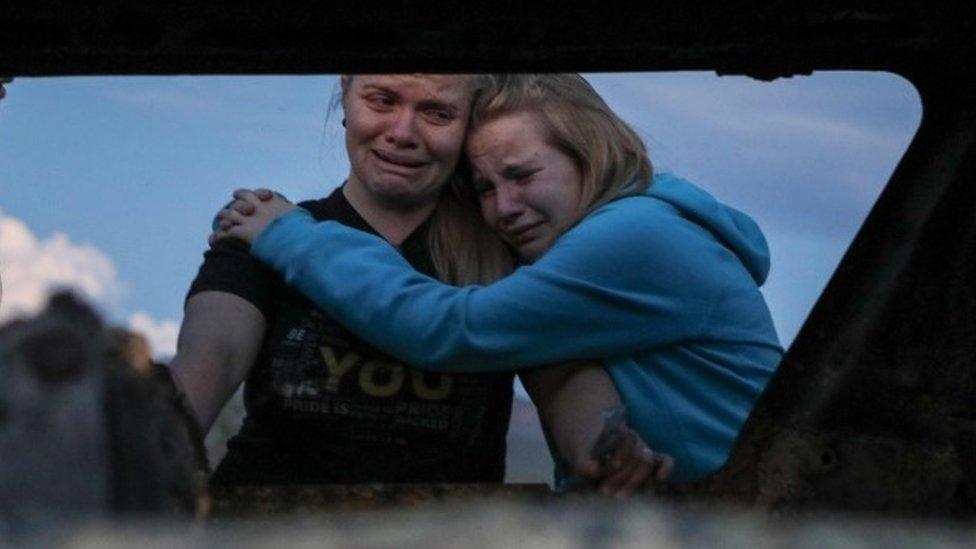 أقارب الضحايا يبكونهم في مكان الحادثة