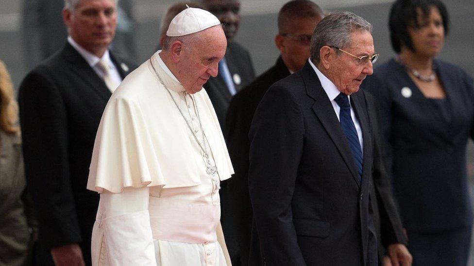 Papa Francisco junto a Raúl Castro