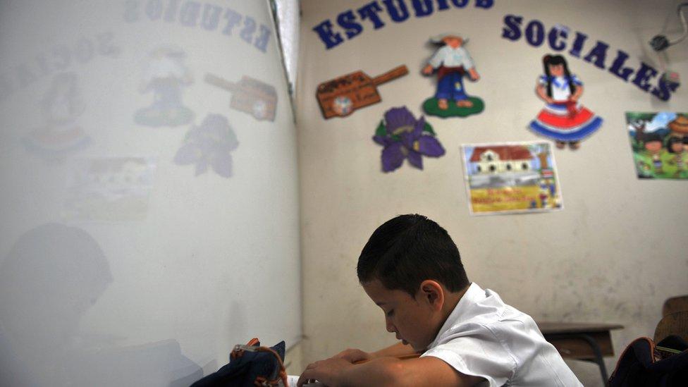Niño en una escuela en Costa Rica