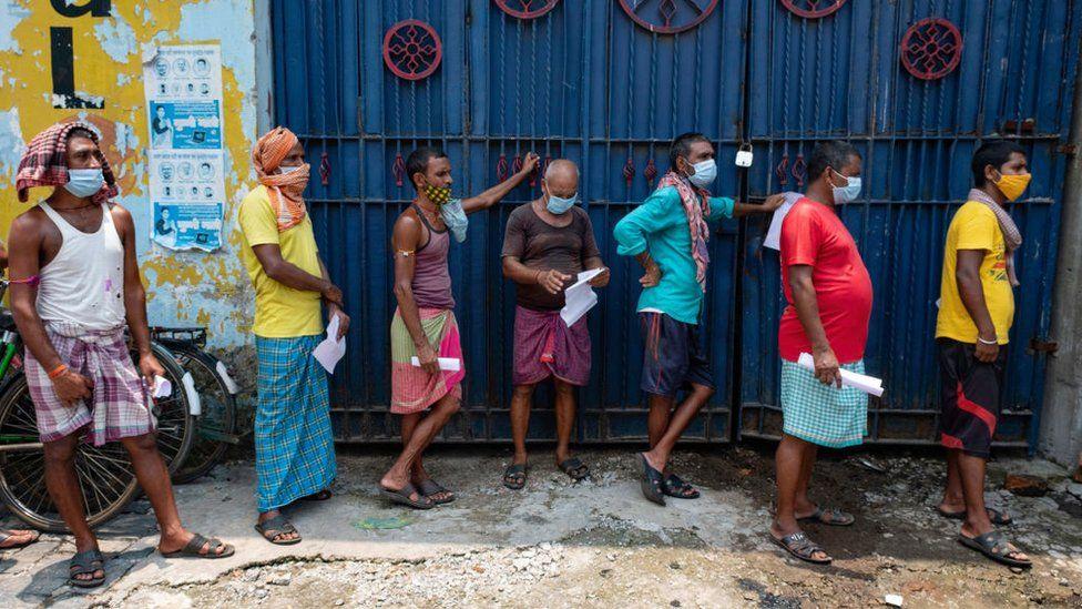 أشخاص يصطفون بالدور للحصول على اللقاح في الهند