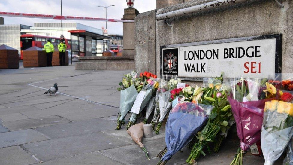 Ofrenta floral en un lado del Puente de Londres.