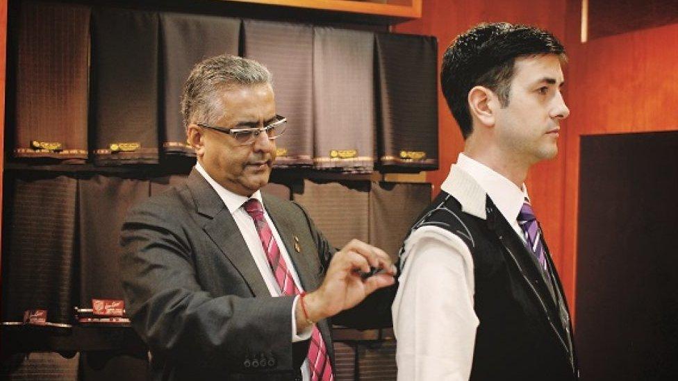 Raja Daswani mengukur pelanggan untuk jas