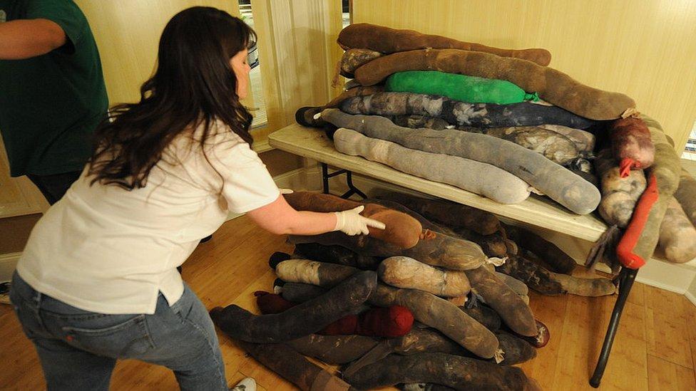 Una mujer arruma unos cilindros llenos de pelo humano