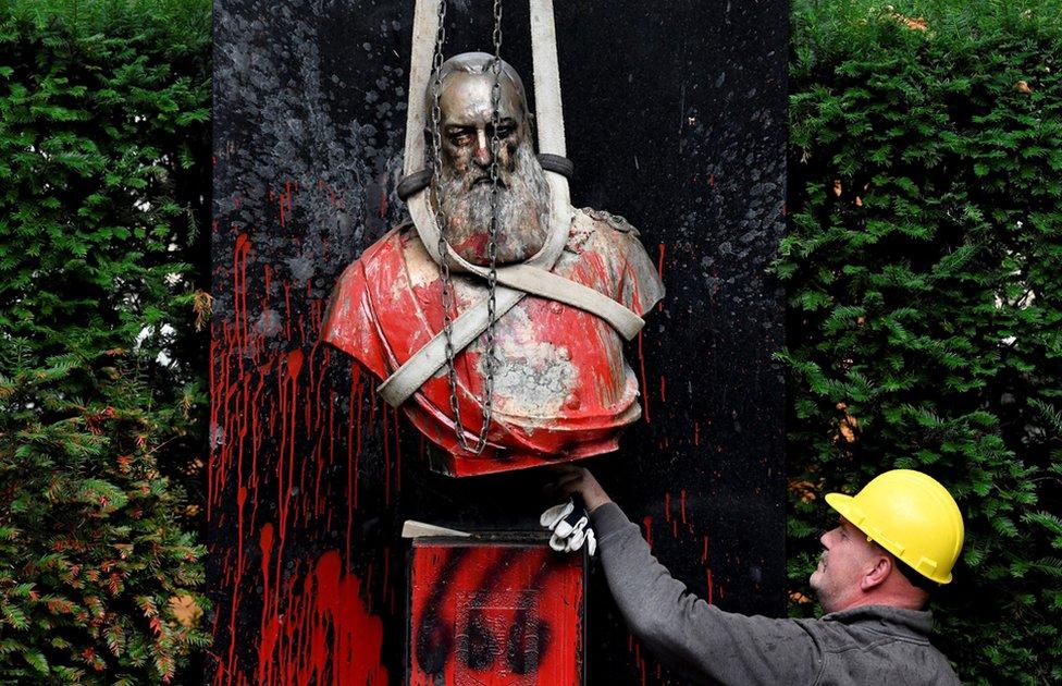 比利時國王利奧波德二世的雕像遭塗污後被移走。