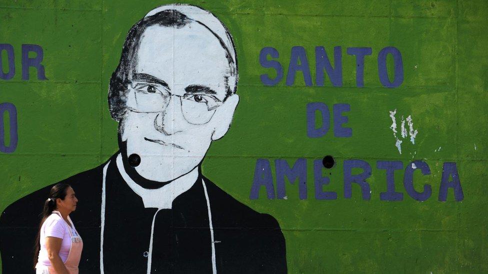 Mural con el dibujo del padre Arnulfo Romero