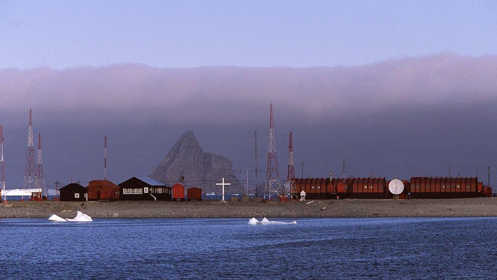 La Base Orcadas, de Argentina, ubicada en la Isla Laurie (parte de las Islas Orcadas del Sur, de la Antártida)