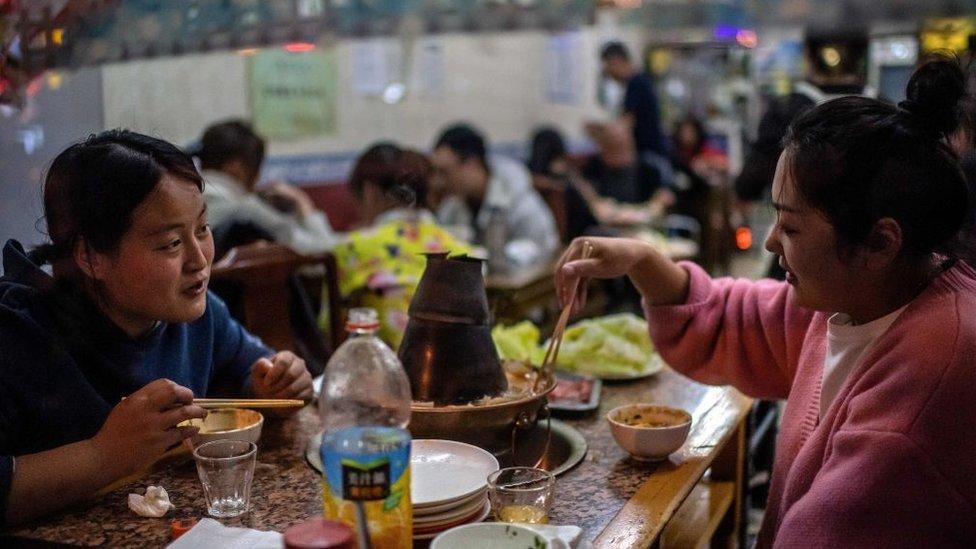 Chinesas comendo em um restaurante em Pequim