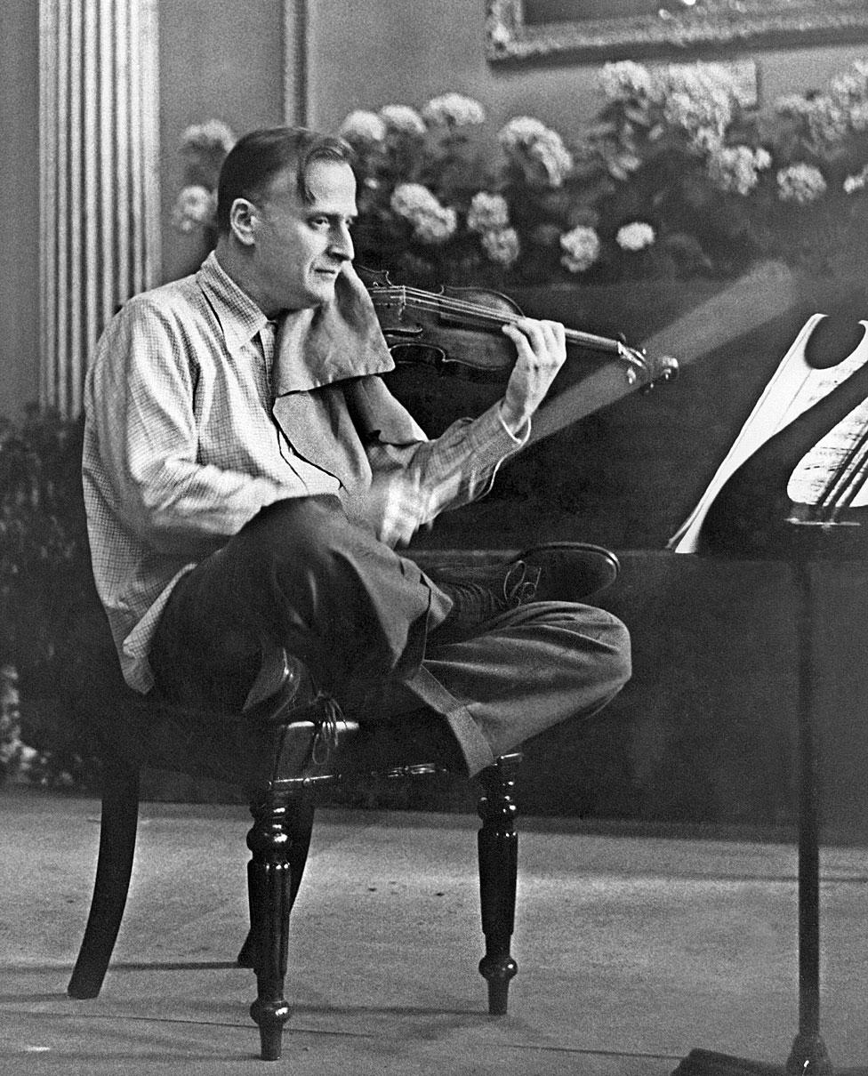 Yehudi Menuhin tocando violín