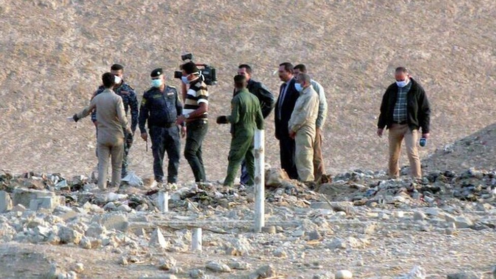 Iraqi officers and forensics personnel team inspect a site believed to be a mass grave, in Hammam al-Alil town, southern Mosul, Iraq, 08 November 2016.