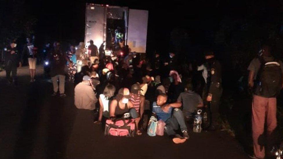 Migrantes descubiertos por la policía guatemalteca.