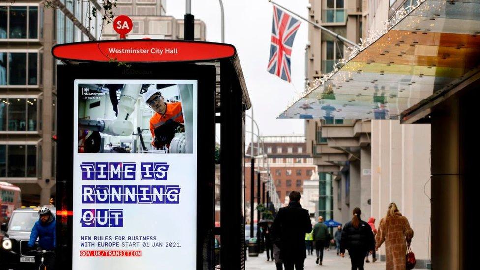 Una calle de Londres con un cartel sobre el Brexit.