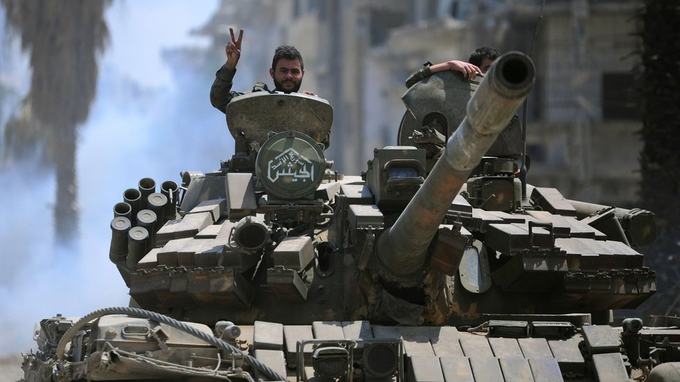 Syrian government forces drive a tank towards IS positions in Hajar al-Aswad (14 May 2018)