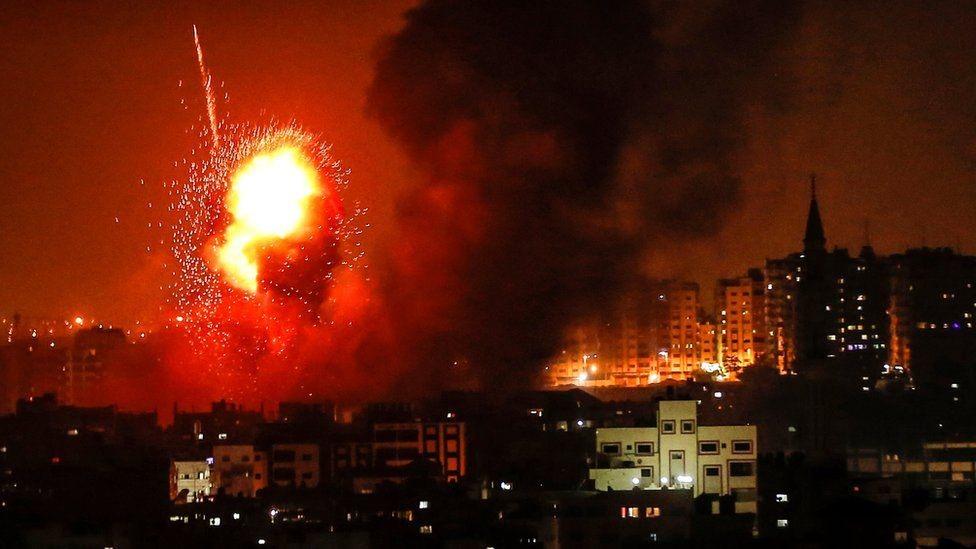 كرة من النيران تشتعل بعد غارة إسرائيلية على غزة